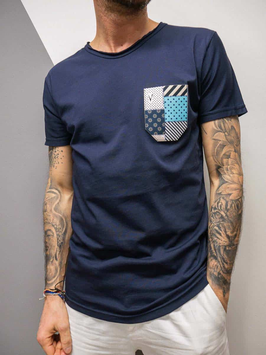 V2 T-shirt in cotone con taschino stampa PATCH 11